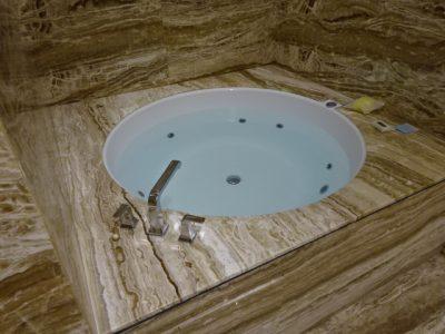 円形の湯舟